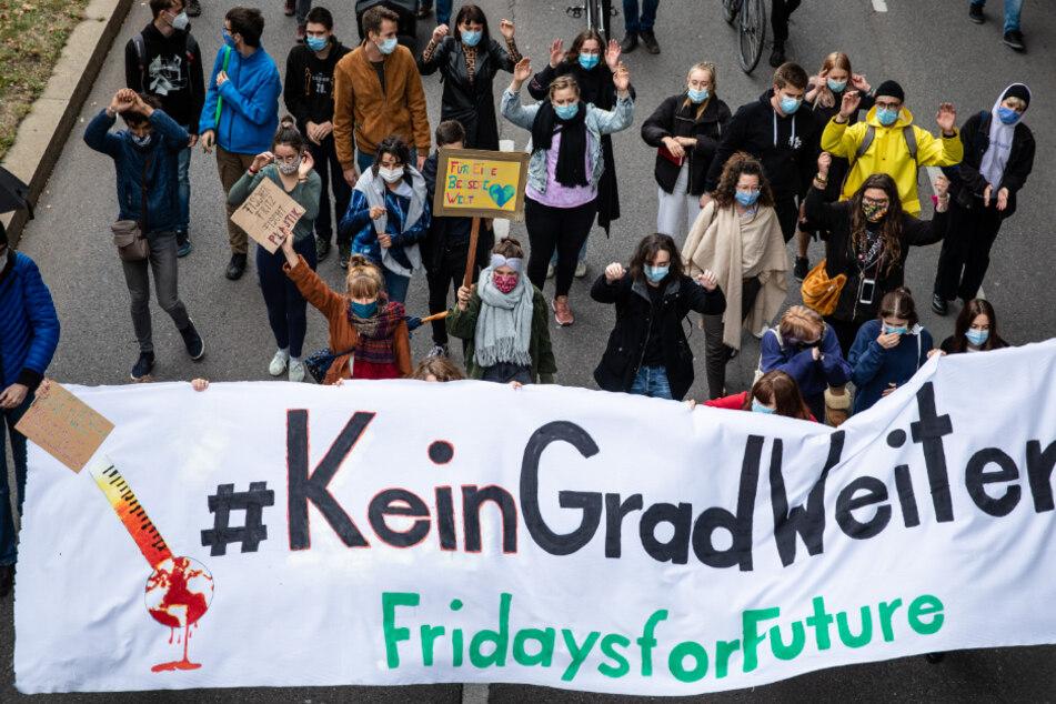 Fridays-for-Future-Demonstranten ziehen durch Stuttgart.