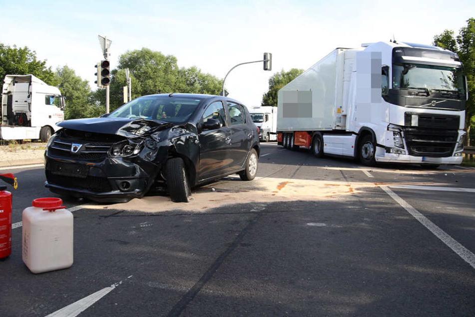 Der Dacia war mit einem Laster zusammengestoßen.