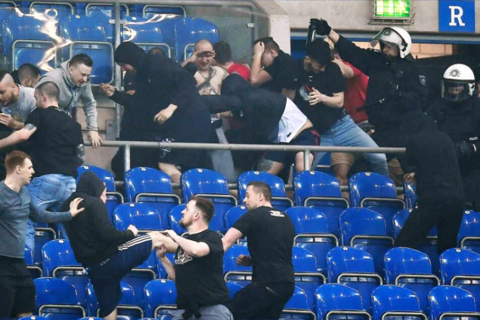 Die Polizei ging mit Pfefferspray gegen die Fan-Krawalle vor.