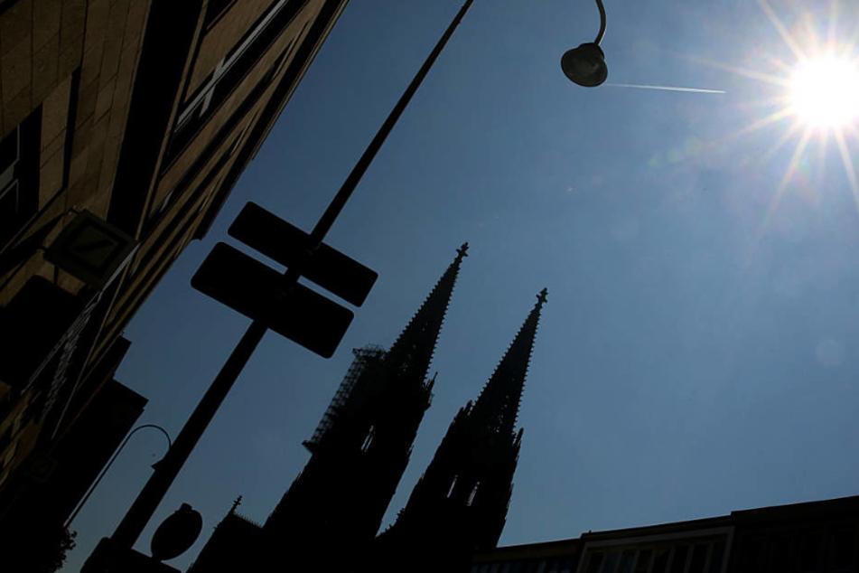 Vor allem in dicht bebauten Innenstädten wie hier in Köln sind die Menschen von der Hitzebelastung betroffen.