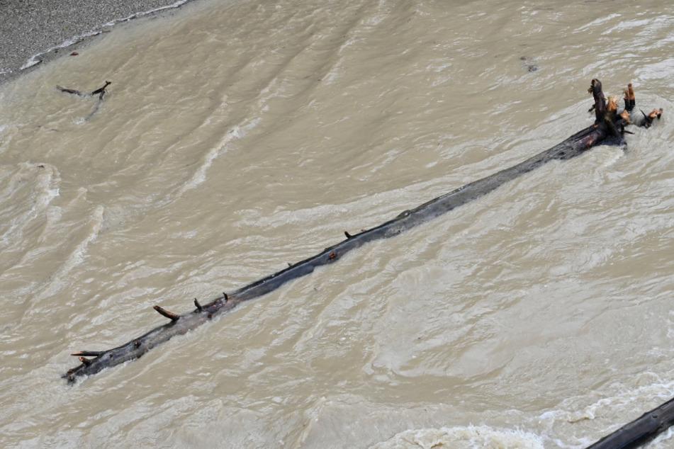 Horror-Fund in der Isar: Leblose Person treibt im Wasser