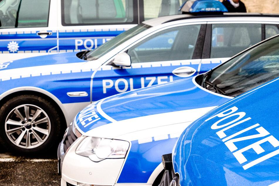 Aufgereihte Autos der Polizei. (Symbolbild)