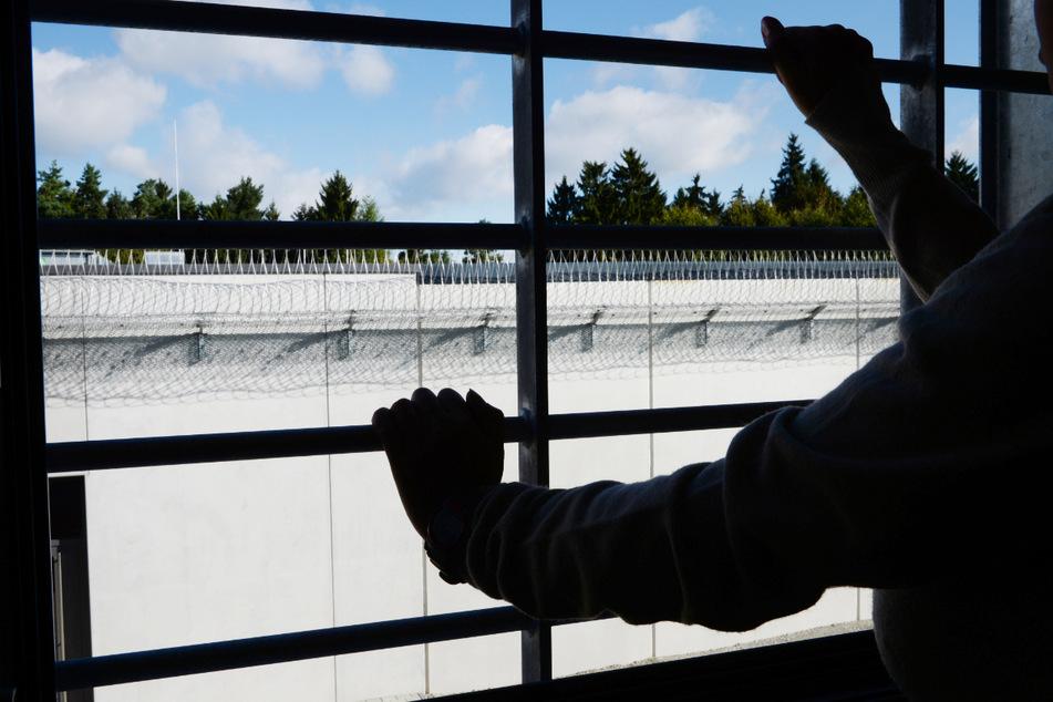 In der Justizvollzugsanstalt Aichach hat sich eine wegen Terrorverdachtes in Bayern in U-Haft befindliche Frau das Leben genommen. (Symbolbild)