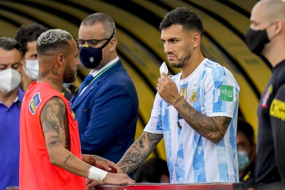 Teamkollegen von Paris Saint-Germain im Gespräch. Der argentinische Spieler Leandro Paredes (27, r.) unterhält sich mit dem brasilianischen Spieler Neymar (29, l.) nach dem Spiels.
