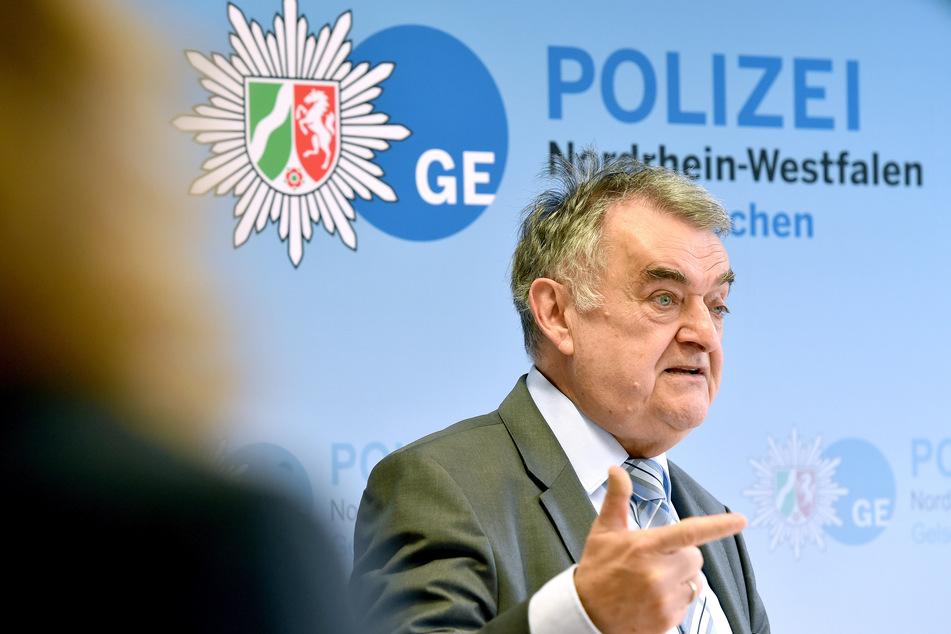 NRW-Innenminister Herbert Reul bei einer Pressekonferenz (Archivbild).