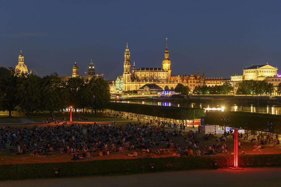 Nicht nur bei Tag eine Reise wert. Mit Einbruch der Dunkelheit wird das schöne Altstadt-Panorama Dresdens hell erleuchtet. Der Palais-Sommer lockt gerade in den lauen Sommer-Abenden zahlreiche Besucher, die sich von einem vielfältigen Programm treiben lassen können.