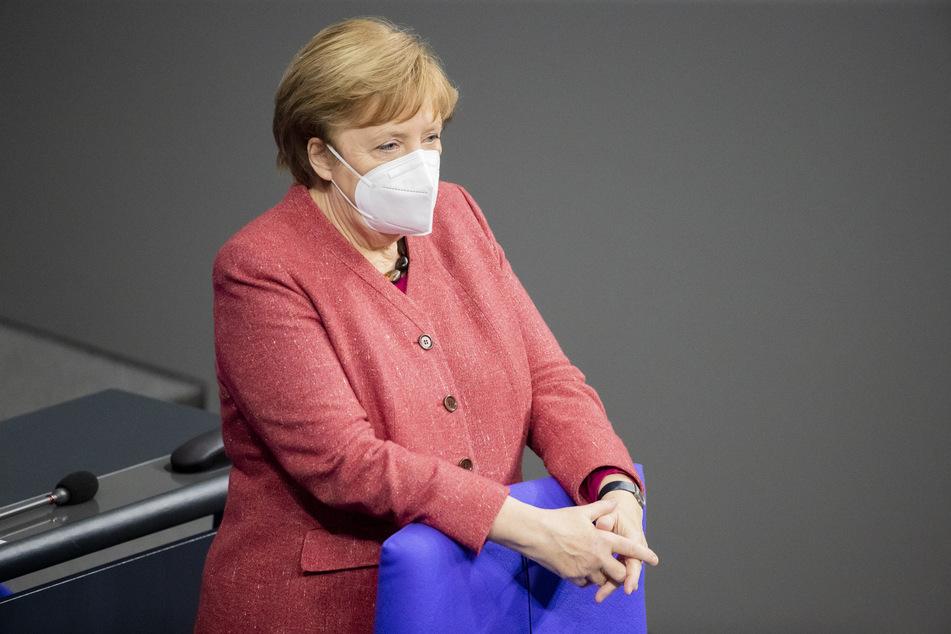 Angela Merkel trägt eine Maske im Bundestag.