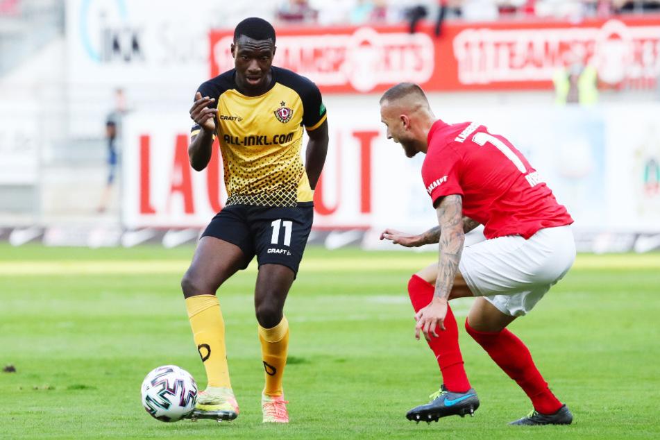Agyemang Diawusie (l.) hat seine Leichtigkeit aus der Vorbereitung nicht in die Punktspiele retten können. Hier duelliert er sich mit Kaiserslauterns Tim Rieder.