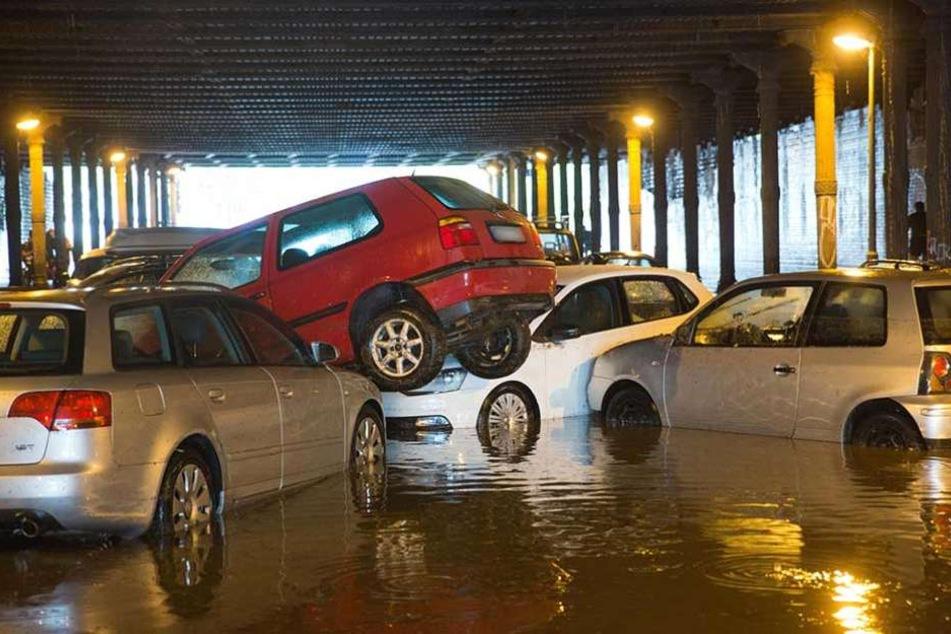 Nach starken Regenfällen sind parkende Autos am 27.07.2016 im Gleimtunnel in Berlin ineinander und übereinander geschoben worden.