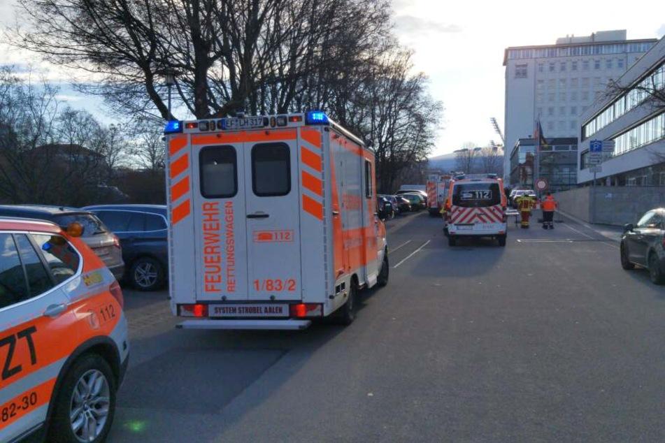 Vor dem Landtag versammelten sich zahlreiche Rettungskräfte.