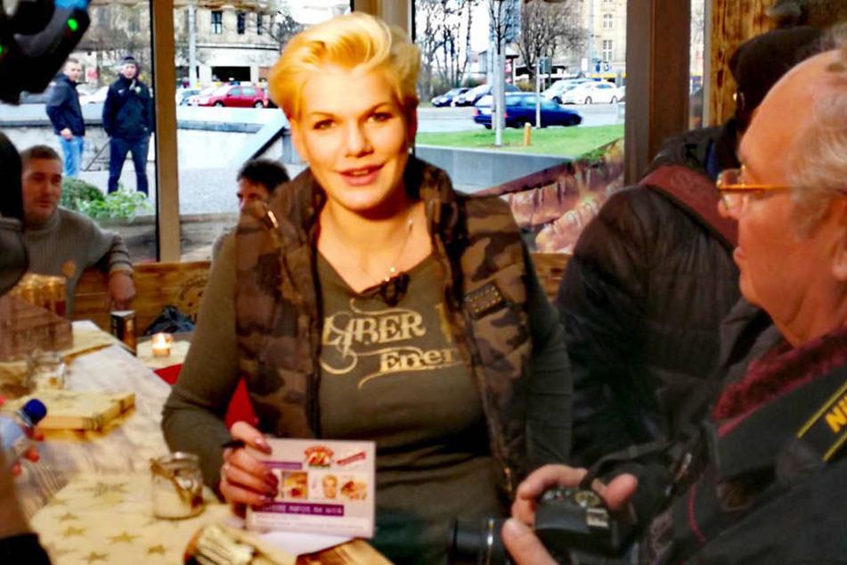 """Bereits weit vor der Eröffnung (16 Uhr) schrieb """"Grillmüller""""-Chefin Melanie Müller Autogramme, ließ sich mit Fans ablichten."""