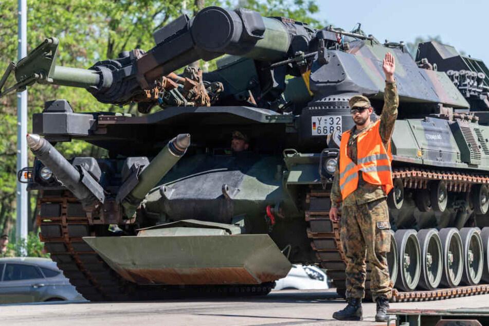 Ein Minenräumpanzer der Bundeswehr wird auf dem Truppenübungsplatz Oberlausitz verladen.