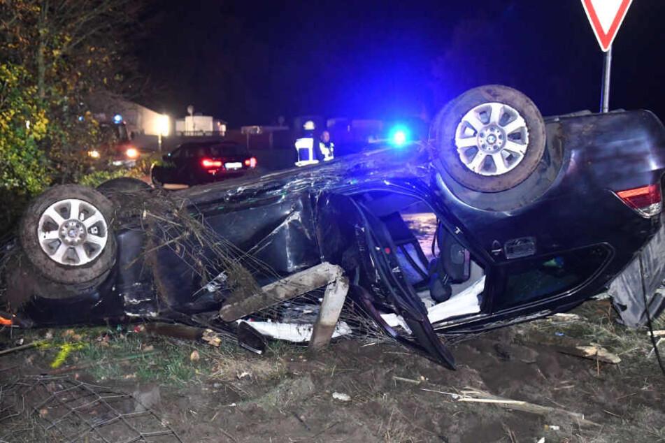 Schwerer Unfall: BMW bricht durch Telefonmast und überschlägt sich