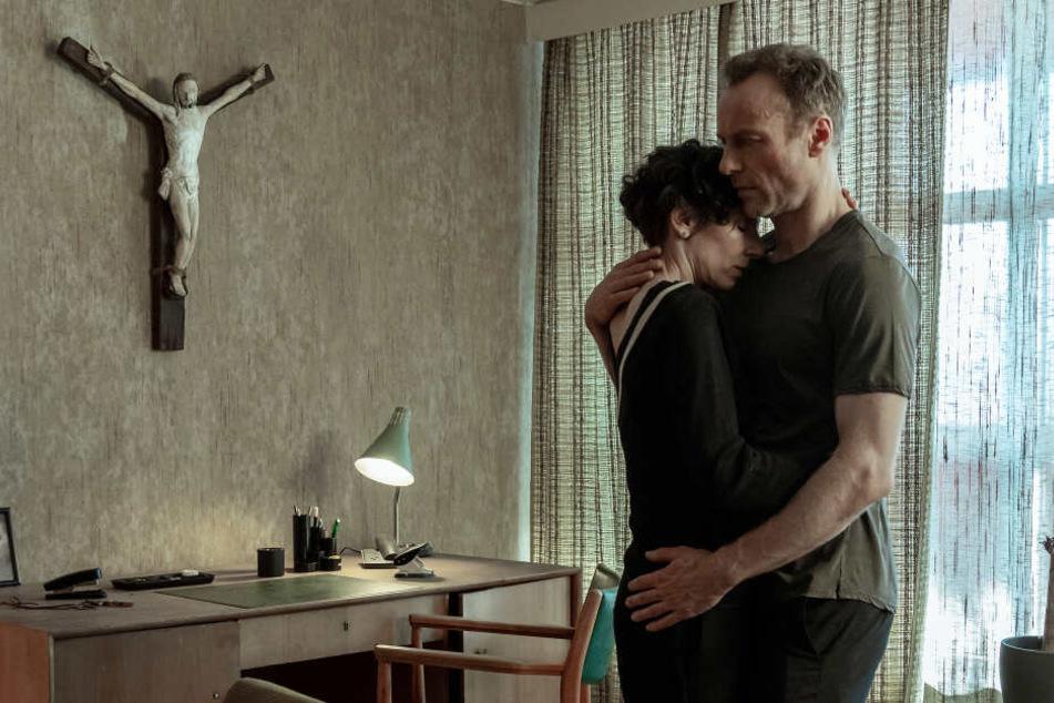 """Im heutigen """"Tatort"""" kommen sich die Kommissare Robert Karow (Mark Waschke, 47) und Nina Rubin (Meret Becker, 50) ungewöhnlich nah."""