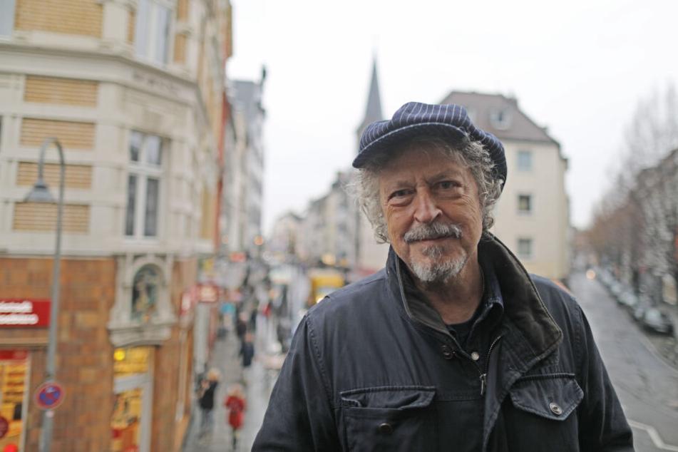 Wolfgang Niedecken steht in der Severinsstrasse vor seinem Elternhaus.