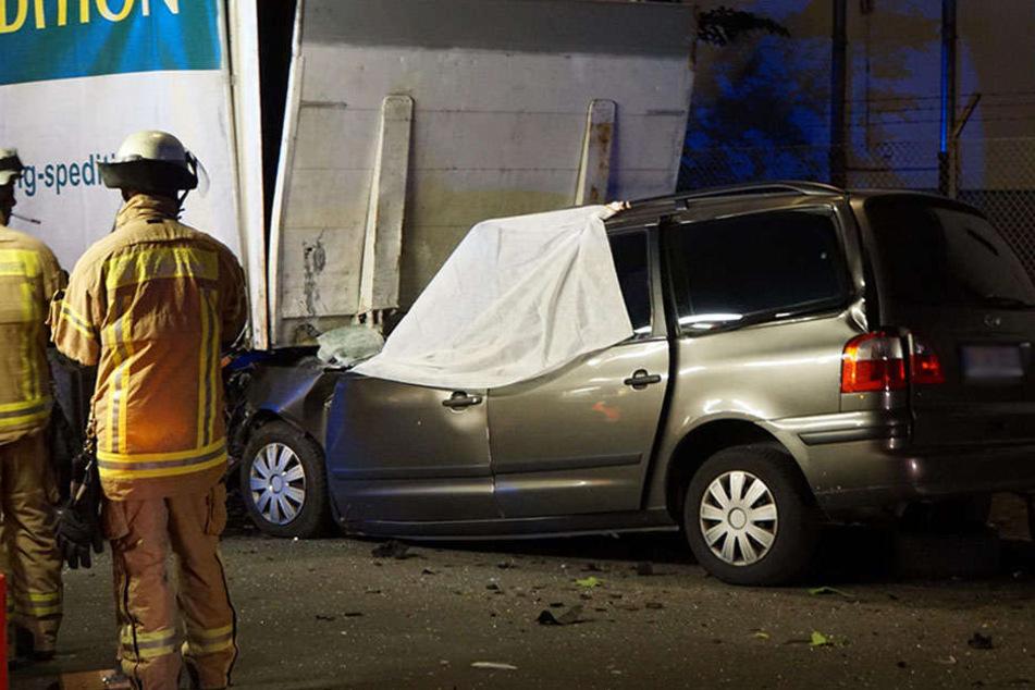 Autofahrer stirbt nach schwerem Crash mit parkendem LKW