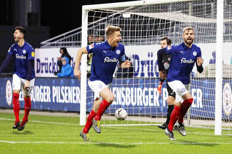 In Kiel konnte Mathias Honsak (r.) schon nach sechs Minuten seinen Kopfballtreffer bejubeln.