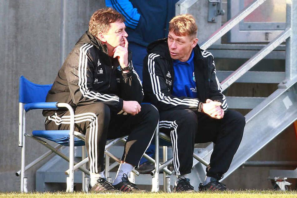 Den anvisierten Aufstieg verpasst - wie sicher sitzen Coach Sven Köhler (r.) und Co-Trainer Ulf Mehlhorn noch auf ihren Stühlen?