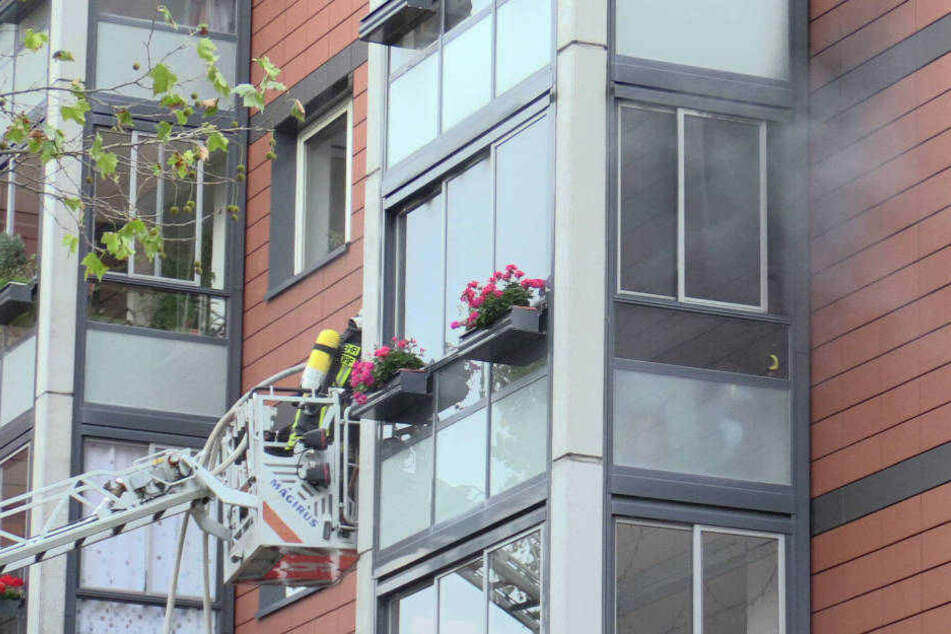 Der Balkon in einem Hochhaus in der Neustrelitzer Straße in Düsseldorf brennt.