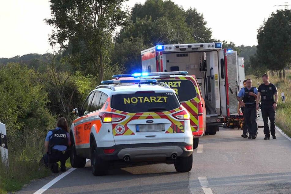 Motorrad überschlägt sich und rauscht ins Gebüsch: Zwei junge Männer (18) schwer verletzt