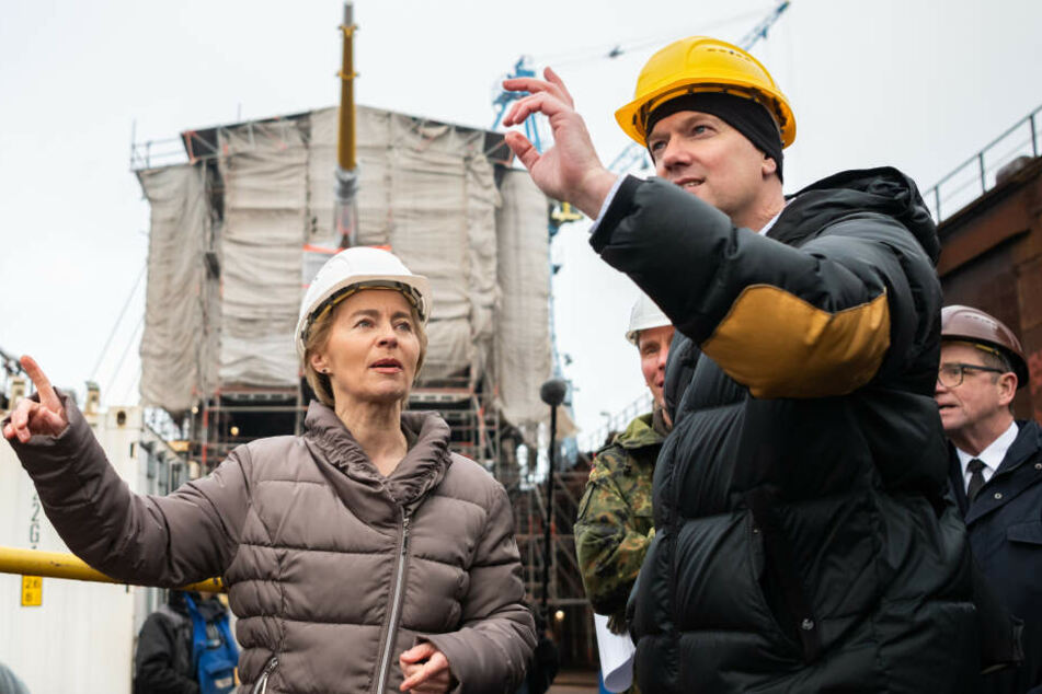 """Bundesverteidigungsministerin Ursula von der Leyen (CDU) steht bei ihrem Besuch des Segelschulschiffes der Deutschen Marine """"Gorch Fock""""."""