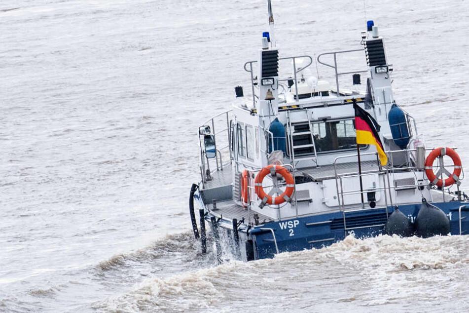 Ein Schiff der Wasserschutzpolizei sucht das Wasser ab (Symbolbild).