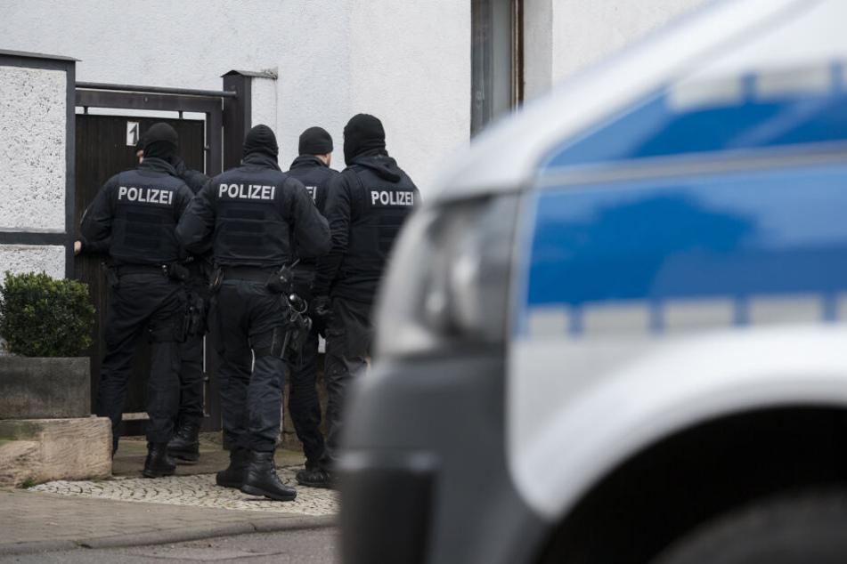 Beamte stürmen Wohnhaus in Hamburg und nehmen vier Männer fest