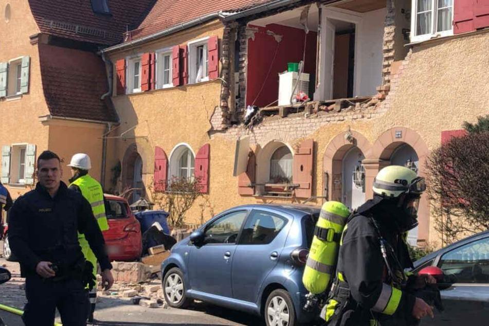 Die eingestützte Wand traf ein Auto, das auf der Straße geparkt war.