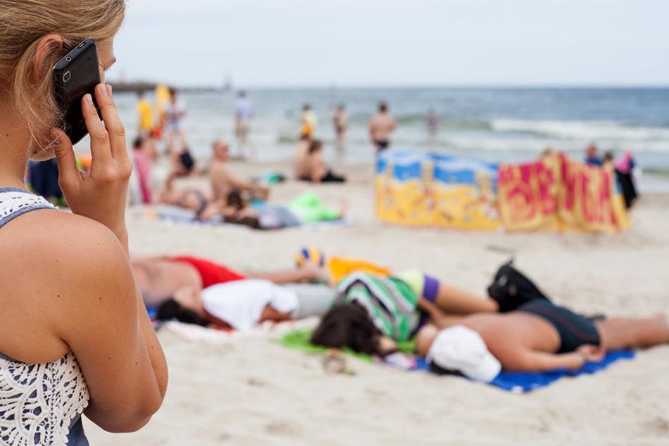 Nicht einmal im Urlaub gönnen sich viele eine Handy-Pause, sind ständig erreichbar.