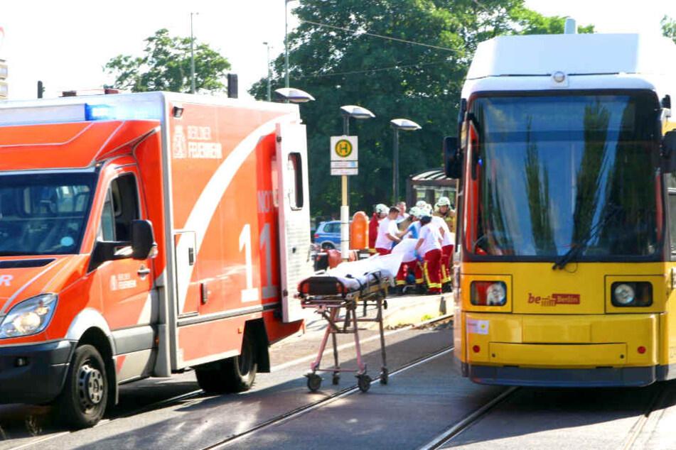 Ein Kind wurde in Berlin von einer Straßenbahn erfasst und schwer verletzt.