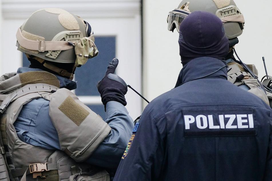 Polizisten durchsuchten acht Wohnungen im Allgäu. (Symbolbild)