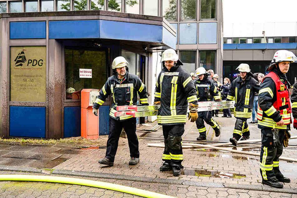 Die Feuerwehr rückte mit zahlreichen Einsatzkräften an.