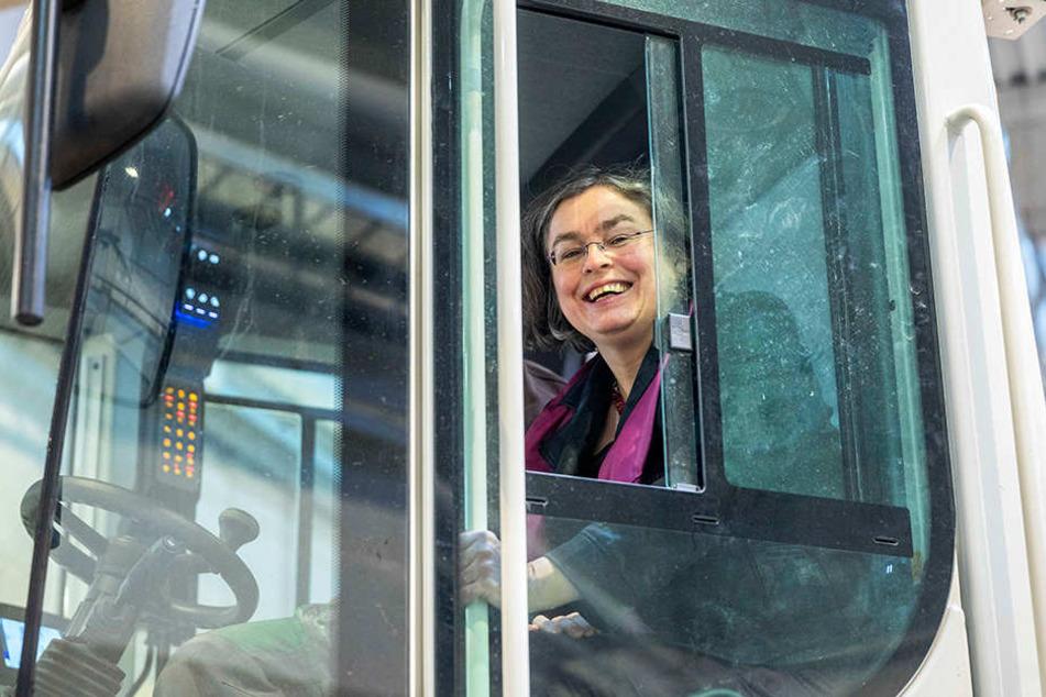 Dresdens Umweltbürgermeisterin Eva Jähnigen (52) schaufelte am Dienstag selbst per Radlader den ersten Biomüll in die Anlage.