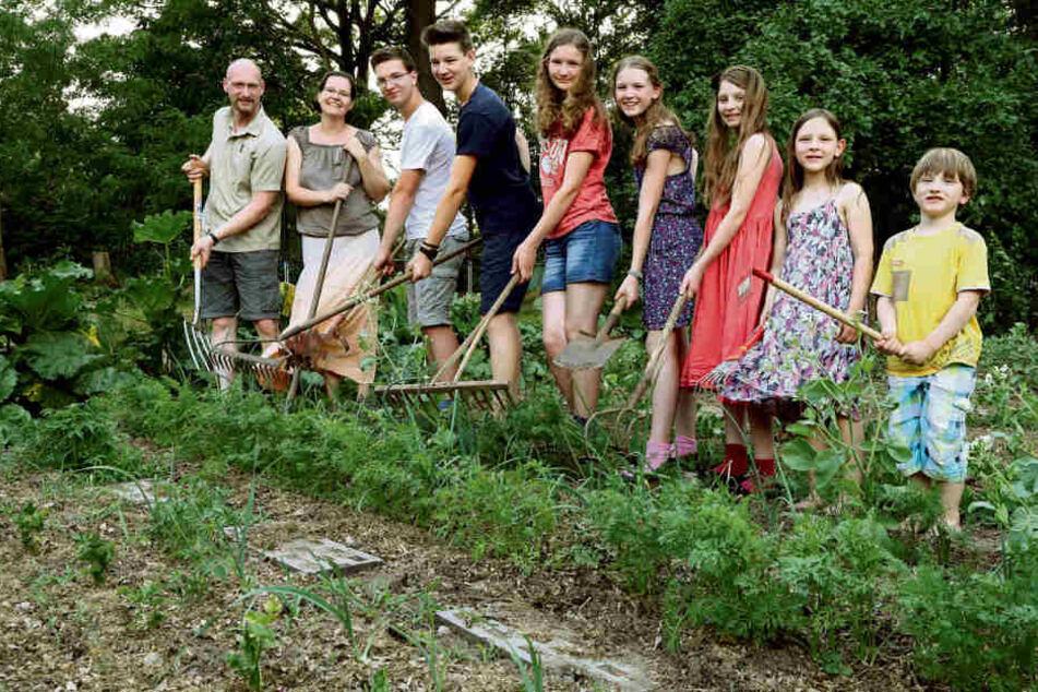 Achtzehn grüne Daumen bei der Arbeit. Von links: Dominik und Petra Adam mit den Kindern Elias (17), Jonathan (15), Johanna (14), Friedrike (12), Marianne (10), Tamara (8) und Johannes (5).