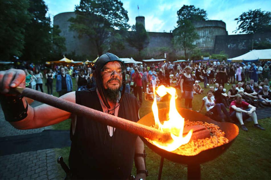 Feuer, mittelalterliche Kostüme und Stände sorgen rund um die Sparrenburg für eine einzigartige Atmosphäre.