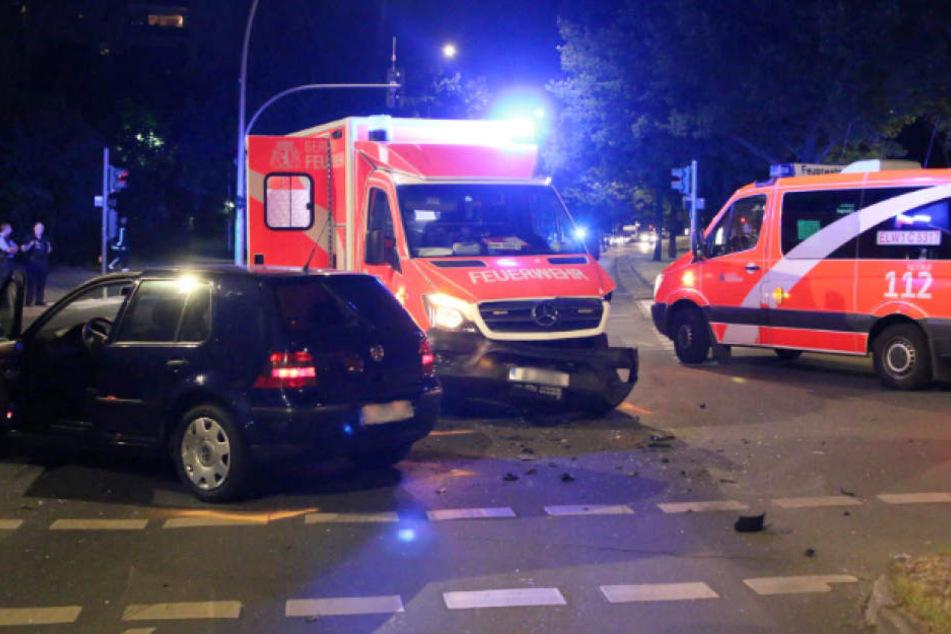 Ein Krankenwagen stieß in Berlin-Neukölln während einer Einsatzfahrt mit einem Auto zusammen.