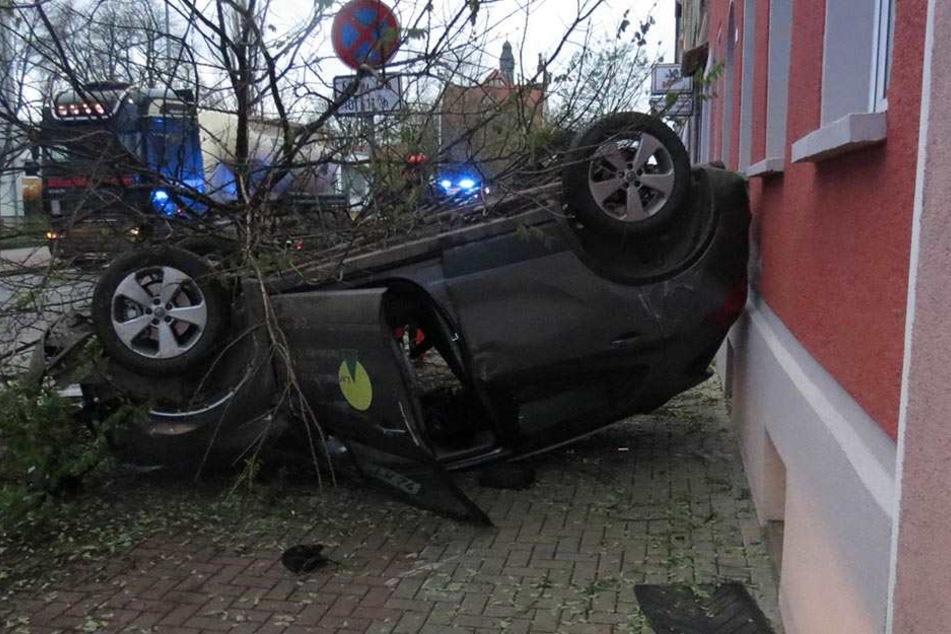 Opel-Fahrer verwüstet Straßenzug und landet auf dem Dach