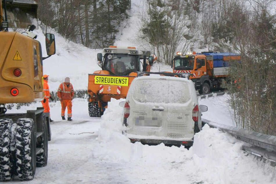 Bei einem Lawinenabgang auf der Tiroler Brennerstraße ist ein Fahrzeug teilweise verschüttet worden. Verletzt wurde dabei niemand.