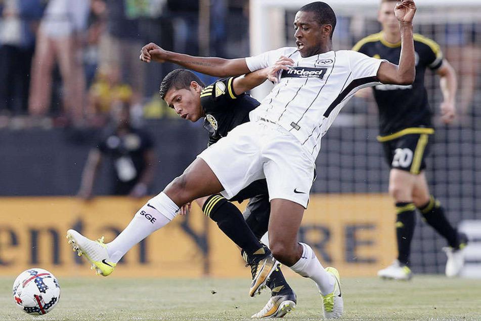 Columbus Crew Spieler Christian Martinez gegen Frankfurts Gelson Fernandes (vorne).