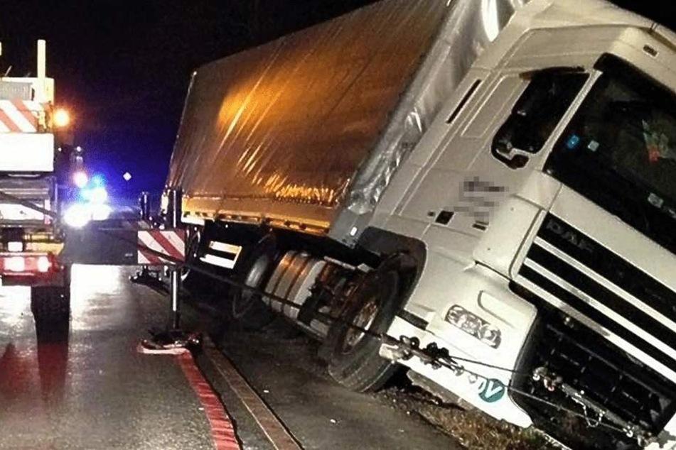 Betrunkener LKW-Fahrer rutscht in Graben