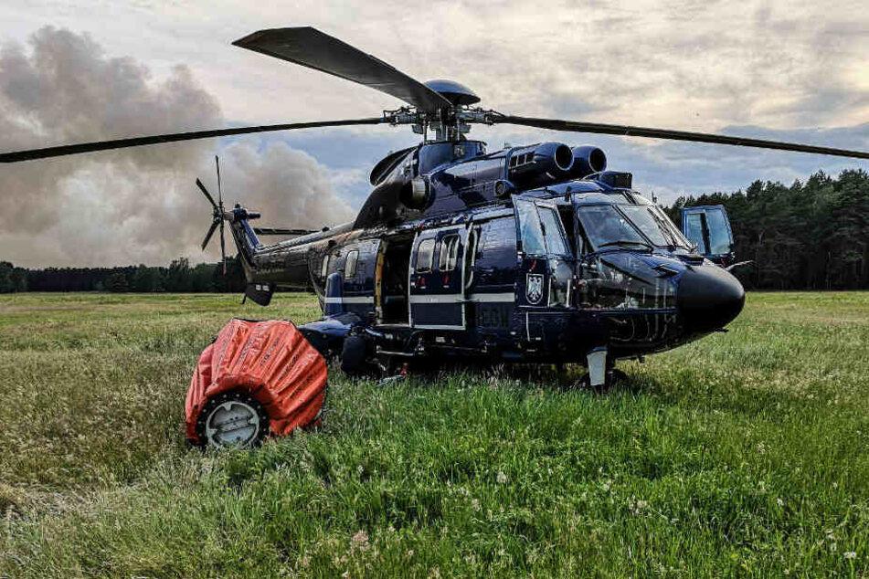 Ein Hubschrauber ist bei dem Waldbrand in Jüterbog im Einsatz.