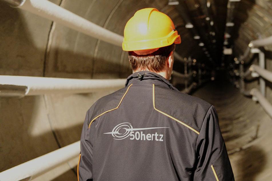 Ein 50Hertz Mitarbeiter checkt die Lage: Der sieben Kilometer lange Tunnel soll von Spandau bis Marzahn gehen. (Symbolbild)