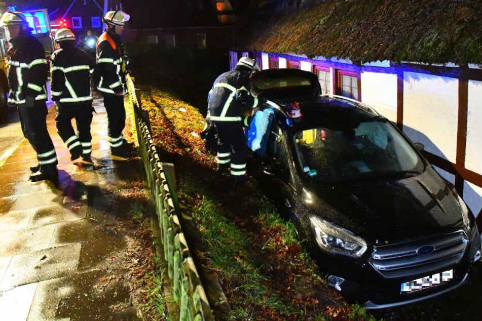 Das Auto wurde zwischen Hauswand und Steinmauer eingeklemmt.
