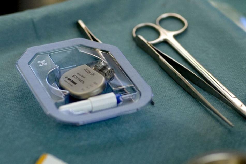 Herzschrittmacher senden Informationen per Funk an den Arzt, diese Verbindung kann von Hackern angegriffen werden. (Archivbild)