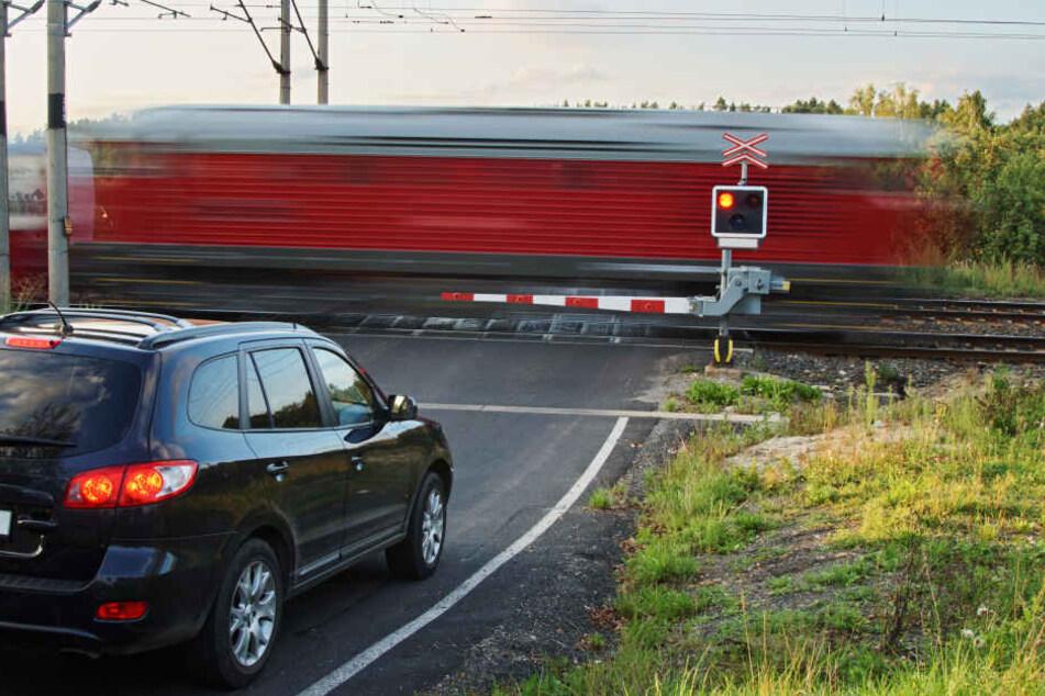 Der Autofahrer wollte offenbar die Bahnschranke umfahren (Symbolbild).
