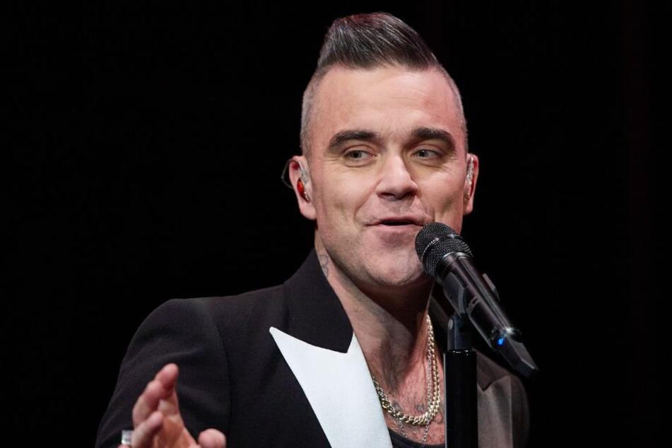 Robbie Williams steht bei einem Geheimkonzert in Hamburg auf der Bühne.