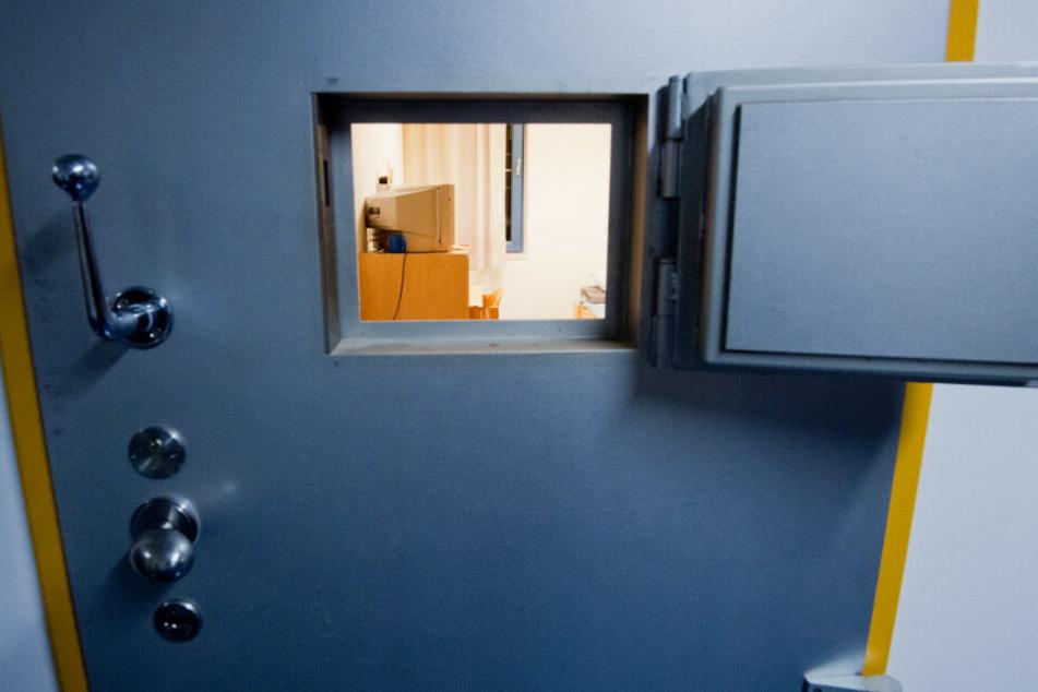 Ein Fenster in einer Zellentür gewährt einen Einblick in eine Gefängniszelle. (Symbolbild)