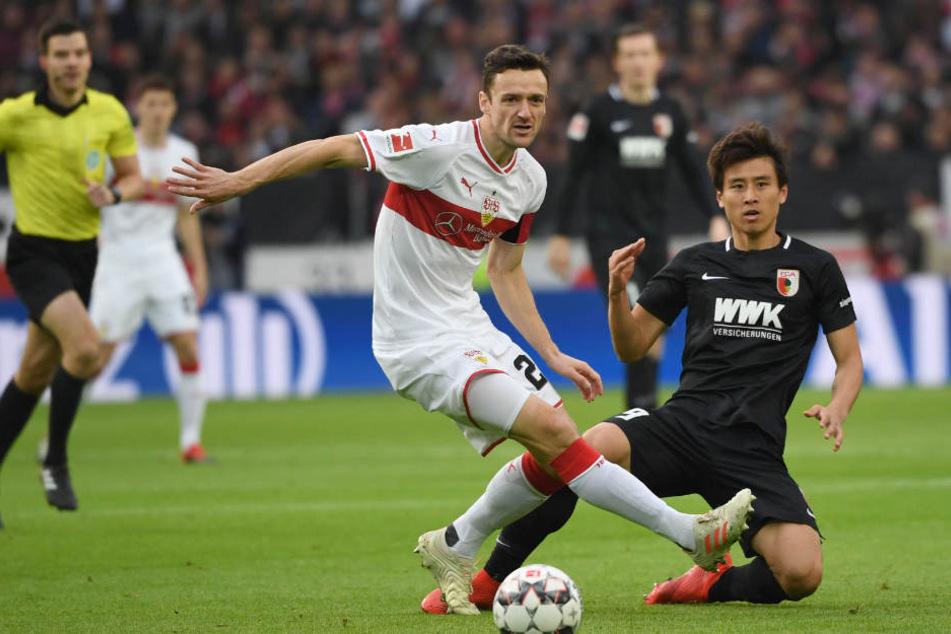Kampfbetontes Spiel zwischen VfB und FCA: Stuttgarts Kapitän Gentner geht vorne weg.