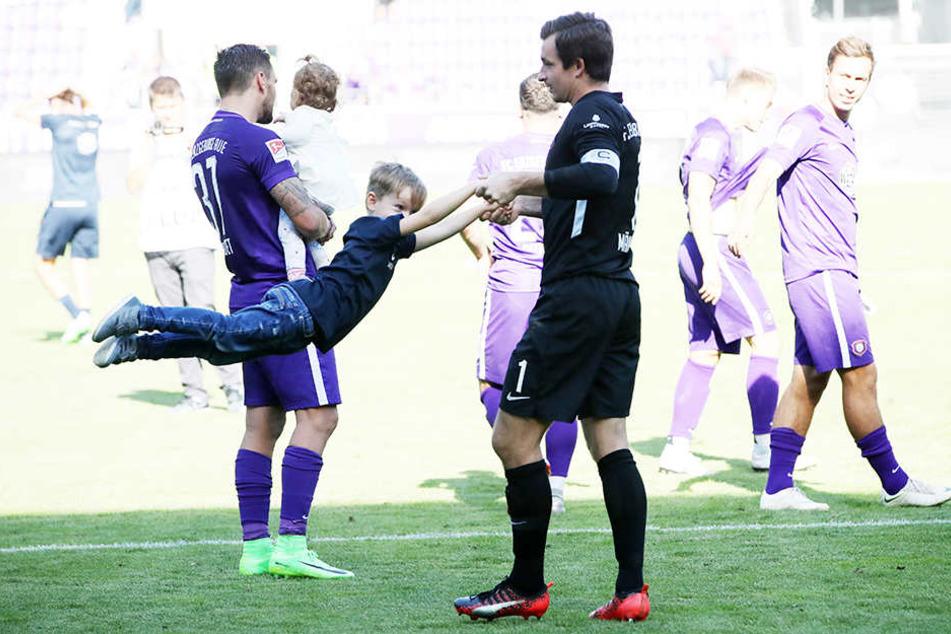 FCE-Keeper Martin Männel wirbelt Sohnemann Anton umher - solche Szenen soll es auch nach dem HSV-Spiel geben. Dann hätte Aue wohl gewonnen...