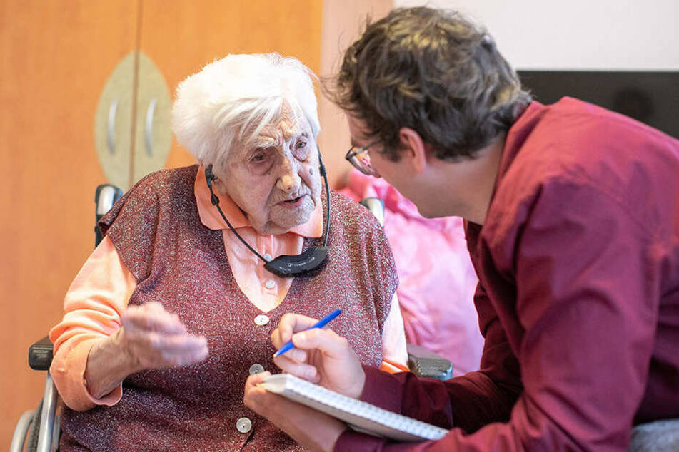 TAG24-Reporter Hermann Tydecks (35) befragt die älteste Dresdnerin, Lisbeth Exner (107), kurz vor ihrem Geburtstag.